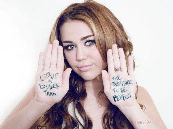 """Miley a fait un nouveau photoshoot pour SEVENTEEN MAGAZINE. A travers cette photo Miley véhicule en fait le message de la campagne """"Love is Louder Than The Pressure to Be Perfect"""" qui se traduit globalement par """"Aimer est plus important que de vouloir être trop parfait"""". Dans le véritable contexte, la phrase est moins belle."""