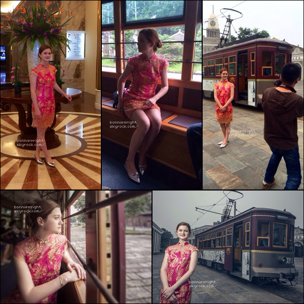 - 27 Septembre 2014 : Bonnie a ensuite visité la ville de Chengdu en tenue traditionnelle. -