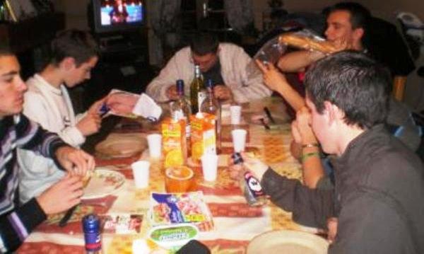 mange et boit des boisson non alcooliser par moment