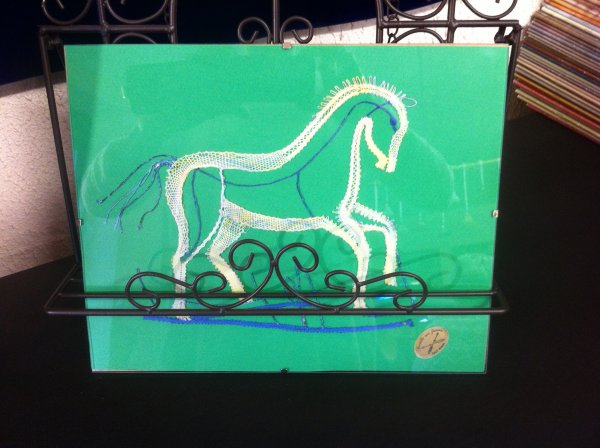 COIN JEUNESSE : Lise avec son cheval et Anaïs avec son chat . Beau travail les filles, je vous félicite ! Pour enlever les aiguilles, 6 mains à l'oeuvre :  Anaïs avait le soutien de sa maman et de sa mamie, travail d'équipe ! une belle photo souvenir a été faite.