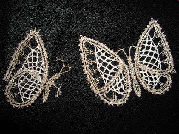 ARLETTE travaille encore sur son projet : voilà 2 papillons et le 3eme est arrivé , à voir le final !