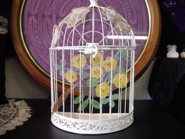 ARLETTE : quelle belle idée cette cage à oiseaux , les dentelles sont superbes et le résutat est  vraiment original.
