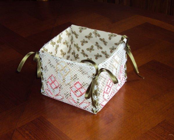 MARIE JOSE M. : jolie boîte réalisée avec un cordonnet et un ruban torsadé pour assembler les côtés.