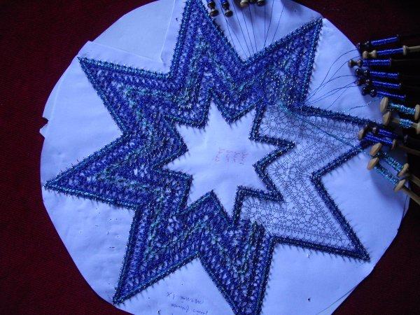 NADINE : étoile en cours de remplissage, un fil brillant bleu et un gros cordonnet bleu brillant également.
