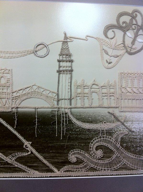 ARLETTE a pensé Venise à sa façon. Magnifique travail de fils coupés, des heures de travail, un encadrement réussi, la Manche en arrière plan, félicitations !