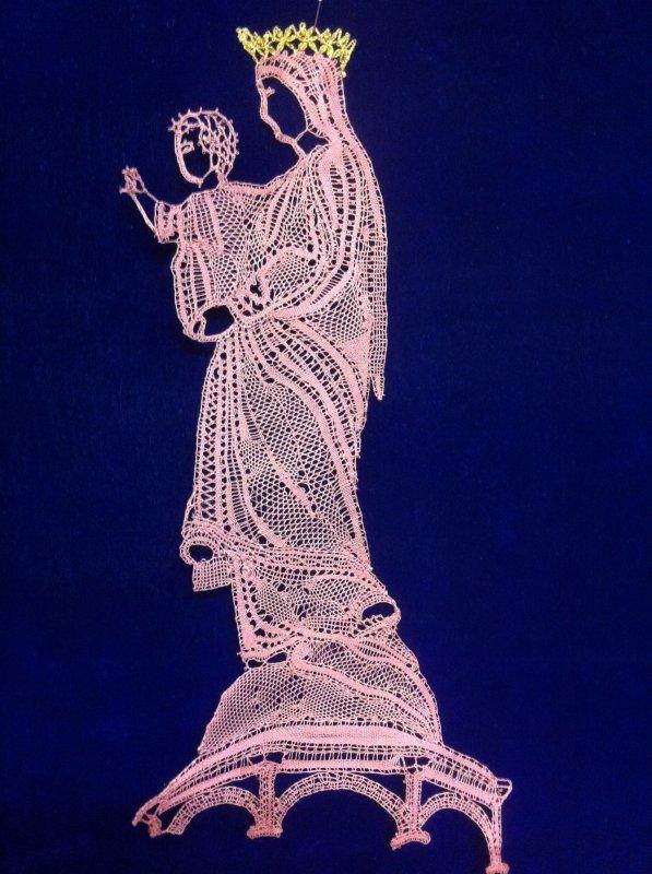 YVELINE  Vierge du Puy en Velay, (non...  pas Yveline)  très beau travail de fils coupés. La moindre petite partie réalisée donne du mouvement, à observer précisément  c'est très beau. Bien la couronne !