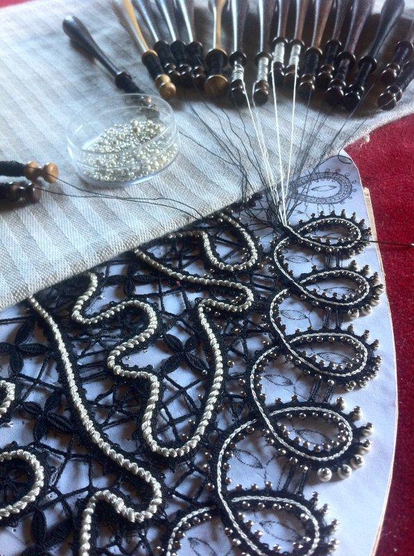 """Je suis entrain de réaliser un col """"Russe"""", avec utilisation d'un gros cordon , d'un  cordon plus fin de soie dans les boucles  et pose de perles sur le bord."""
