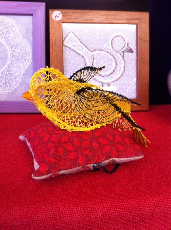 ARLETTE petit oiseau en  3 D à mettre avec les papillons déjà réalisés, et ce très joli collier orné de perles