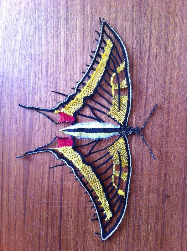 JOCELYNE R. fleur et papillon, beau travail de fils coupés