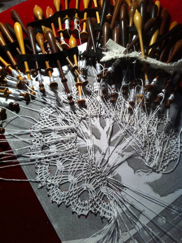 """NADINE sans modèle, sans explication je me lance... je veux le faire. J'installe beaucoup de fuseaux, tout en me disant : """" ce n'est pas possible, ce n'est pas comme cela qu'il faut s'y prendre, mais je continue car ça le fait quand même,  et  oh miracle !  au milieu de l'arbre en travaillant patiemment,  je comprends le système  pour faire toutes les ramifications des branches. Je le refais très prochainement dans les règles de l'art avec beaucoup moins de fuseaux. Cet essai s'est bien terminé, comme quoi rien ne doit nous arrêter, les idées viennent en travaillant."""