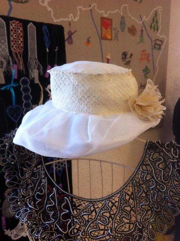"""ARLETTE dans la continuité de tous nos mariages voilà un très beau chapeau avec une bande de """"fond Astrid"""" et des perles"""