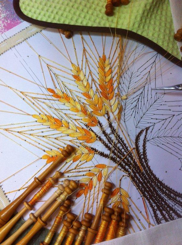 CATHY les épis de blé ont du  succès, ils ont été réalisés par 3 dentellières, malgrè le long travail de point d'esprits, cela  porte bonheur