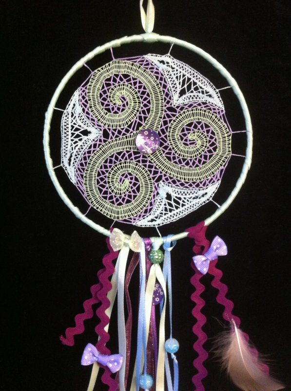 MONIQUE R.  3 attrape-rêves -  de très jolis cadeaux plein de créativité déployée autour d'une jolie base dentelle, bravo Monique
