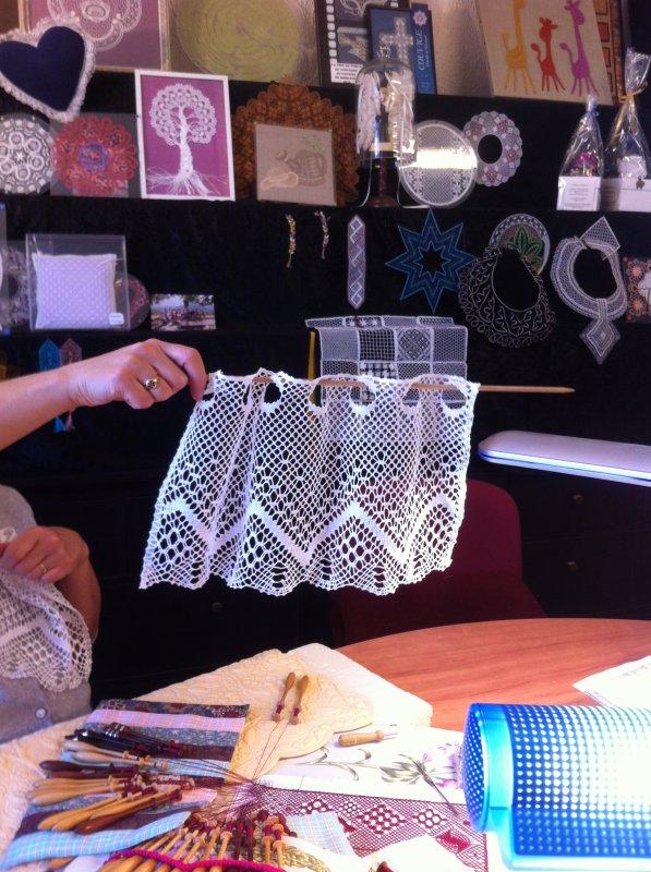 """RAYMONDE vient de réaliser en """"un éclair"""" 2 jolis rideaux en gros coton pour la cuisine, la dentelle se met partout."""
