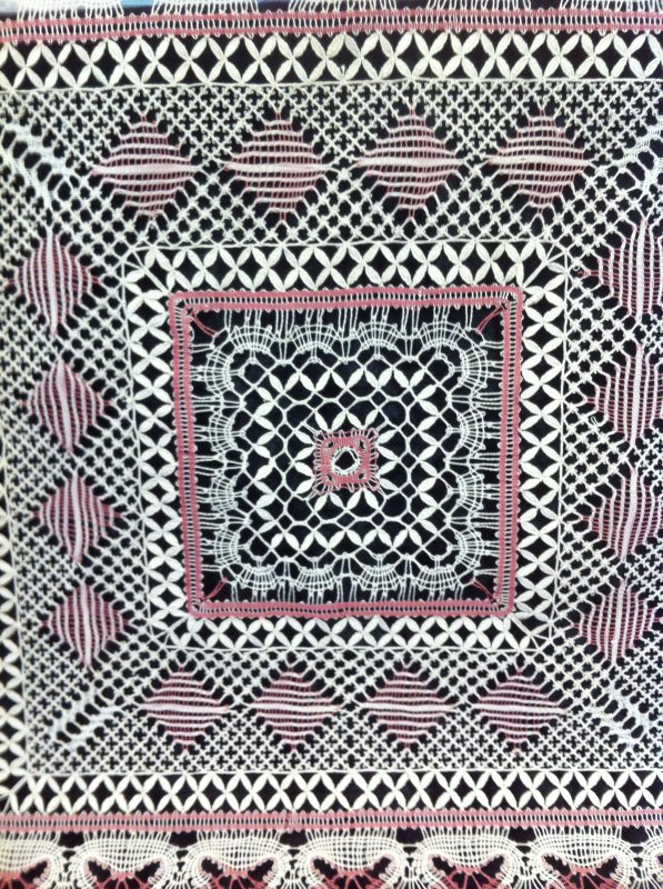 YVELINE  600 points d'esprit sont réalisés dans ce superbe carré,  avec un très joli fond marguerite et des nuances de couleur réussies, en vrai c'est top !