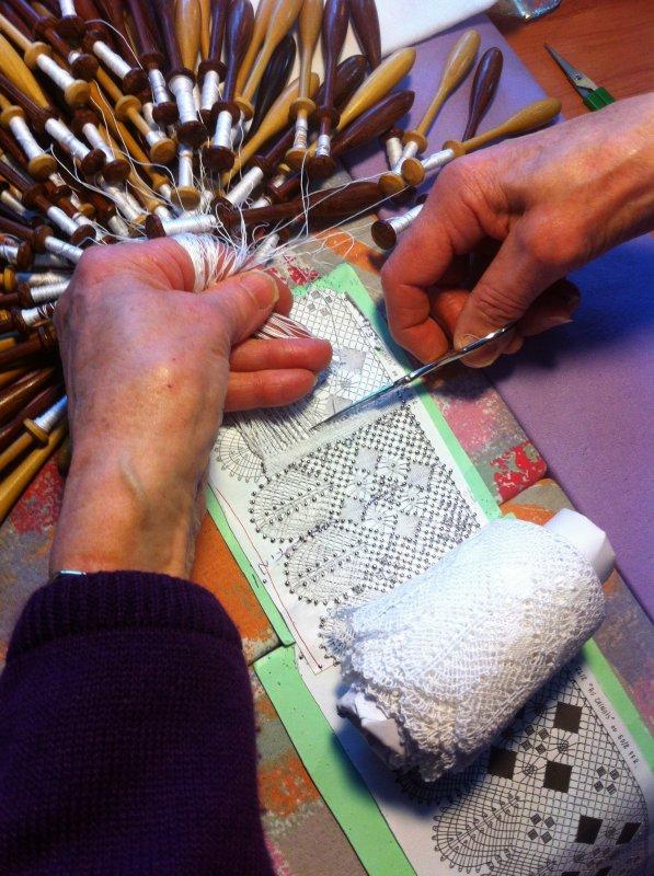 Mme MATHIEU grand jour pour cette dentelle que Mme Mathieu travaille depuis 2 ans, les fuseaux sont coupés ! vous pourrez l'admirer sur l'autel de l'église de Mirecourt. Il va falloir la coudre sur une toile de lin, dernier effort et elle est prête à offrir.