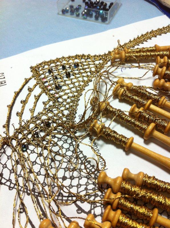 JOCELYNE P. relativement simple à réaliser, mais il faut être appliquée pour bien tirer les fils, qui sont  un peu particuliers et pour la pose des perles.