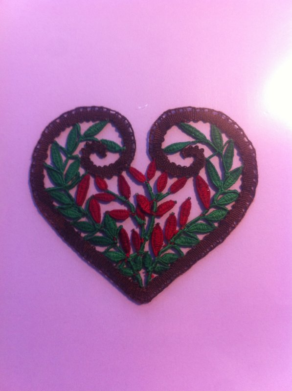 MARIE JOSE L.  nous présente un coeur rempli de points d'esprits et un joli motif de Noël