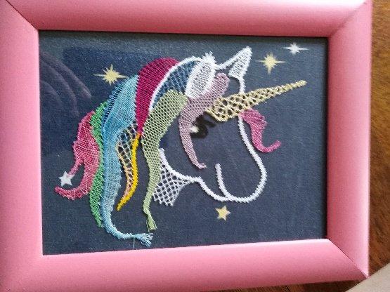 """JOCELYNE R. s'est bien amusée avec ce petit modèle """"licorne"""". Bravo pour l'arc en ciel de couleurs."""