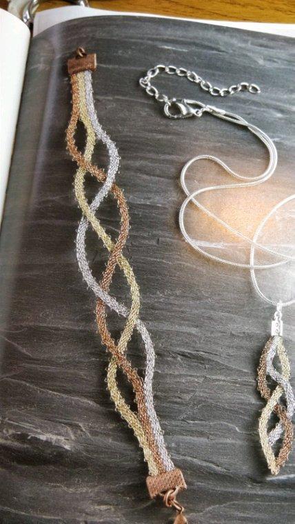 MARIE JOSÉ L. Croisement de trois toiles pour ce joli bracelet, plus un collier... c'est très joli.