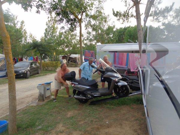 mon mari et les cousin a metre  ma moto sym 400  sur mon mobilhome car toujour du travaille avec moi