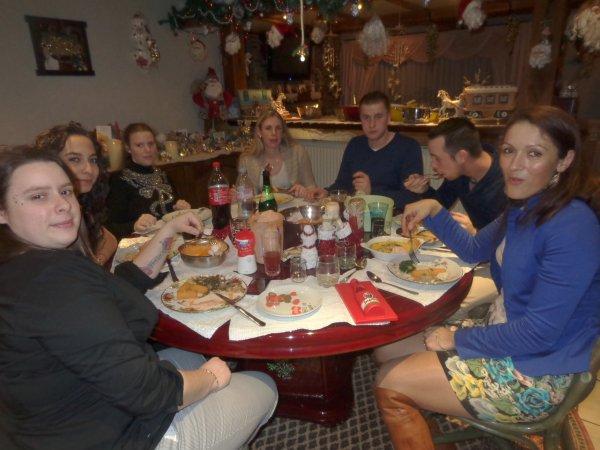le soir de noel  mes  enfants  sont  a degustet  leur repas