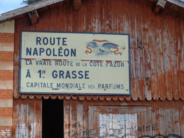 et voila  le comancement de la route  napoleon  trop baux  dent les montagne