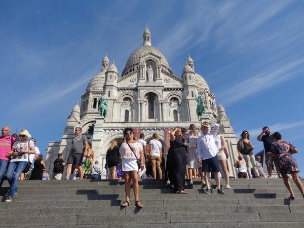 me voila   devant  la grande  catedrale  le sacré coeur   a montmartre