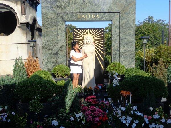 a la tombe de dalida   la célebre chanteuse de montmartre