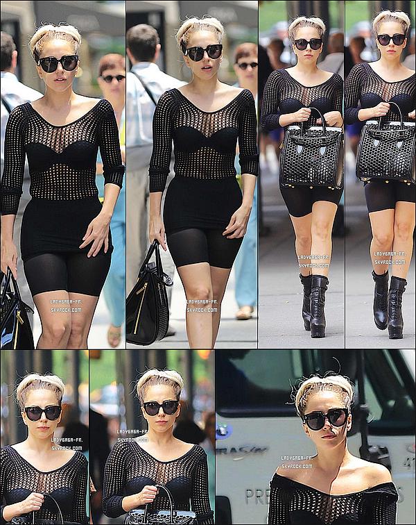 . † 20 Juin 2O13 † Lady Gaga a été vue par des paparazzis à New York ! Que pensez-vous de la tenue de Lady Gaga ? Que lui mettriez-vous un TOP ? BOF ou bien FLOP ? Pourquoi ça ? .
