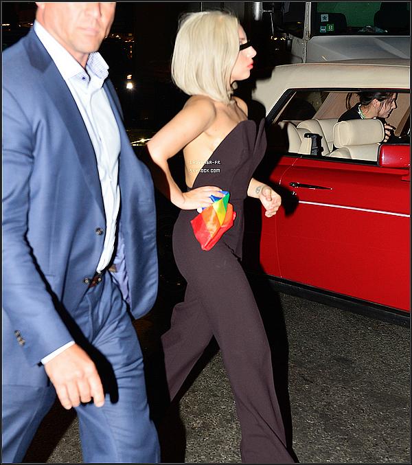 . † 30 Juin 2O13 † Gaga faire une apparition surprise lors de la Gay Pride de NY  Elle a tout d'abord pris la parole une quinzaine de minutes puis a terminé son discours en chantant l'hymne national américain ! N'hésitez pas à laisser votre avis sur sa tenue, et sur les photos que vous pouvez découvrir ci-dessous ! .