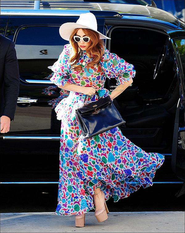 . † FLASHBACK † Le 21 Janvier 2O13, Lady Gaga vue dans Los Angeles !  Que pensez-vous de sa tenue ? De son style ? Vous aimez ? Pourquoi ? Plutôt un TOP ? BOF ou bien alors FLOP ? .