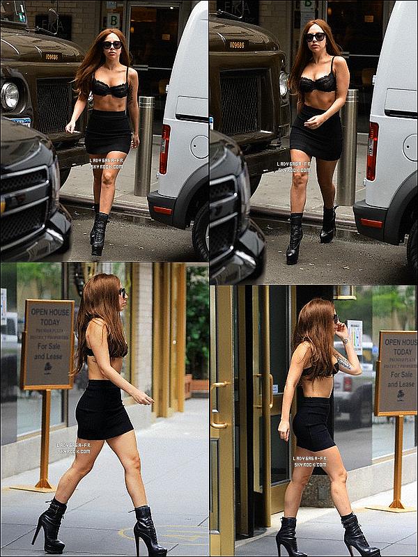 . †11/O7/13 † Lady Gaga a enfin été vue par des paparazzis dans New York !  Des avis sur sa tenue ? Ou bien sur sa coiffure ? Que penses-tu de cette sortie ? Aimes-tu les photos ? Pourquoi ? .