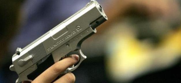 Un garçon de 2 ans a accidentellement tué sa mère lorsqu'il a attrapé le pistolet qu'elle transportait dans son sac à main...