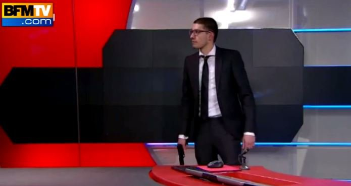 Quand un homme armé fait irruption au journal de 20H sur la télévision néerlandaise... Regardez les images incroyables !