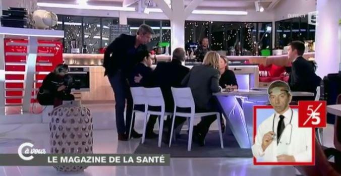 """Patrick Cohen victime d'un malaise en direct dans """"C à vous"""" sur France 5... Voici les images !"""