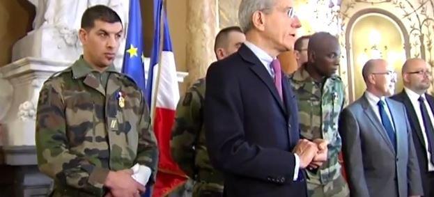 Les trois militaires agressés par Moussa Coulibaly hier à Nice décorés ce matin ... Regardez !