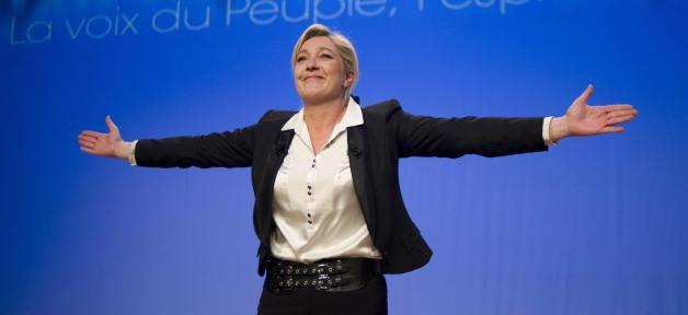 """Marine Le Pen accuse le gouvernement de mettre en place une """"vraie politique de racisme"""" dans les quartiers..."""