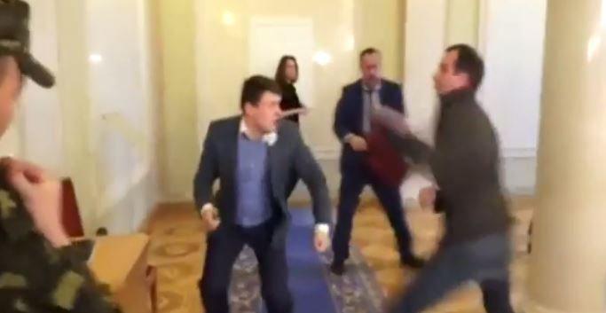 Quand deux députés se battent dans le hall du parlement en Ukraine... Regardez !