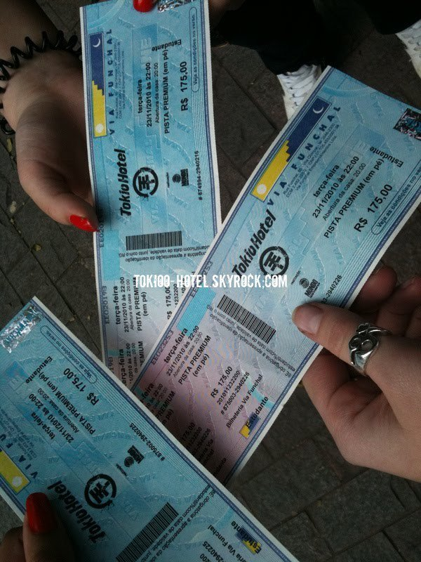 Les fans avec leurs billets pour le concert au Brésil.