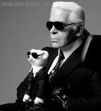 """Karl Lagerfeld a des cds de TH dans sa boutique à Paris  Lagerfeld est assis à une table dans sa petite boutique 7L rue de Lille, non loin des rives de la Seine. Il utilise cette boutique pour vendre son choix de livres, comme studio photo ou comme une librairie. Il collectionne des centaines de volumes (de livres) ici sur des étagères en acier massif: Proust, Schiller, Keyserling mais aussi des ouvrages à thème professionnel comme """"The Best of Business Card Design"""". Les livres de photographie et les magazines sont empilés sur des tables. Entre ces derniers, quelques cds de Tokio Hotel. Karl Lagerfeld vient ici pour prendre un bain de lettres (de l'alphabet) et de photos, tout comme Picsou (en allemand il est appelé Dagobert Canard) qui saute dans une montagne d'or dans son coffre-fort pour se rafraîchir."""
