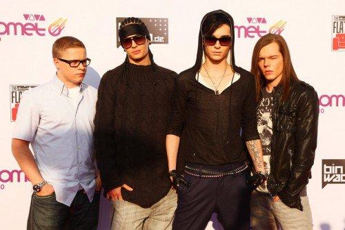 Quatre Magdebourgeois sauvent l'honneur de l'Europe. EMA : Merci Tokio Hotel ! Meilleure chanson : Lady GaGa (24 ans), Meilleur artiste pop : Lady GaGa, Meilleure artiste féminine : Lady GaGa, Meilleure nouvelle artiste : Kesha (23 ans), Meilleur artiste hip-hop : Eminem (38 ans), Meilleur artiste révélé : Justin Bieber (16 ans). On peut encore passer du temps à dresser la liste des gagnants des MTV EMA 2010, mais peu importe, elle ne comprend que des stars américaines. Il faudrait peut-être rappeler qu'il s'agit là des « Europe Music Awards » ! Mais malgré ça, il n'y a que des noms américains sur la liste des gagnants. Pas si vite ! Certes le nom n'est pas européen, cependant le groupe l'est un peu plus. Quatre garçons de Magdebourg - connus dans le monde entier comme membres de Tokio Hotel - peuvent se réjouir d'avoir gagné un prix. Bill (21 ans), Tom (21 ans), Gustav (22 ans) et Georg (23 ans) ont reçu l'award dans la catégorie « Meilleure performance World Stage », et peuvent ainsi se considérer comme les vrais gagnants de cette soirée. Merci les garçons, vous avez sauvé l'honneur de l'Europe !