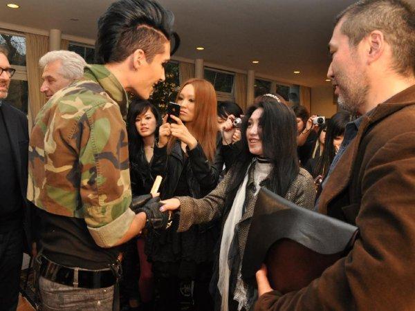 """Tokio Hotel arrivé au Japon! Des cris ont été entendus près de la résidence de l'ambassadeur allemand. Était-il la cause de préoccupation? Pas du tout. Quatre jeunes Magdebourgeois sont arrivé dans la ville dont leur groupe porte le nom. Les jeunes fans japonais pouvait à peine se contenir lorsque Tokio Hotel est apparu avec l'Ambassadeur Allemand Volker Stanzel, pour leur premier Meet & Greet japonais dans la salle de réception de la résidence. L'ambassadeur Stanzel mène actuellement, au Japon, dans le thème favori de l'année 2011: 150 ans d'amitié entre l'Allemagne et le Japon. Tokio Hotel, en tant que jeunes ambassadeurs pour les «150 ans», gagne non seulement de nouveaux fans de musique japonais, mais aussi des fans en Allemagne. Amusés et évidemment très heureux, ils ont répondu aux questions de l'auditoire à prédominance féminine. Avec des """"Ich liebe dich"""" criés en Allemand, les fans voulaient tout de même savoir quelles impressions les musiciens avaient du Japon, quels endroits ils voulaient vraiment visiter et... ce qu'ils voulaient manger. Pour le groupe, Bill et Tom ont répondu en détail et ont souligné que ce ne serait pas leur dernière visite à Tokyo.  Les élèves de l'Ecole Allemande ont chaleureusement invité le groupe à s'arrêter à Yokohoma lors de leur prochaine visite au Japon. Les musiciens n'étaient pas contre. A ne pas manquer, également, une visite à Shibuya, réputé pour sa vie nocturne. Il était évident que la congrégation aimerions tous jouer guide touristique. Finie l'époque de la pensée japonaise dans le nom du groupe dans une auberge dans la capitale ... Il était évident que tous auraient aimé jouer les guides touristique. Finie l'époque où les Japonais pensaient à une auberge de la capitale lorsqu'on évoquait le nom du groupe."""