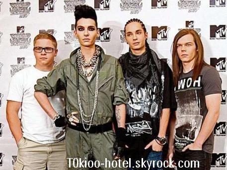 Tokio Hotel touche 500 000 euros pour une performance de 10 minutes.  Quel gage énorme !! Le groupe allemand a touché la moitié d'un million d'euros pour une performance de 10 minutes vendredi soir à Moscou. Comme l'explique Bild.de, la chaine de télévision « Muz TV » a déboursé une somme record pour trois chansons jouées en live par les quatre musiciens dans la plus émission télévisée de Russie. Le groupe a volé en première classe avec un staff de 10 personnes à partir de LA, ont résidés dans des suites Nobles au Ritz-Carlton et ont pu tout au long de leur séjour déguster le plus fin des caviars de beluga, du homard et du champagne des meilleurs millésimes. Durant les 6 derniers mois les Tokio Hotel avaient refusé toutes les demandes d'apparitions sans exceptions. Pour ce voyage de luxe et le méga gage qu'ils ont reçus, le groupe allemand le plus célèbre au monde a fait un écart à sa pause loin des médias.