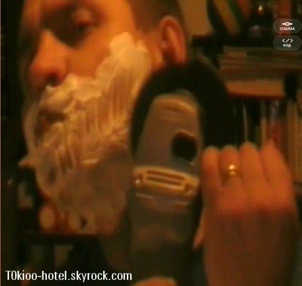 Un fan de Tokio Hotel bulgare se rase, regardez la vidéo !     Le concours, qui avait pour enjeu une rencontre avec Tokio Hotel, s'est terminé – mais avant que les noms des gagnants ne soient révélés, vous pouvez voir les vidéos les plus marquantes que nous avons reçues. Certains fans ont fait des folles choses pour essayer d'atteindre leurs idoles : essayer de s'installer en République Tchèque, attendre longuement qu'on leur délivre un visa pour la Russie (ce qui prend généralement plusieurs semaines), et même marcher sur le bord de toits de hauts bâtiments. Mais Vyacheslav Tabashnikov, auteur de la vidéo présentée ci-dessous, a fait encore plus fort. Malheureusement, en dépit de son caractère unique, la vidéo ne répond pas aux exigences formelles de la compétition… Cependant, vu toute l'attention que nous avons portée à cette vidéo, nous ne pouvions pas ne pas la récompenser. Vyacheslav a donc reçu un t-shirt et deux places pour les Muz TV.
