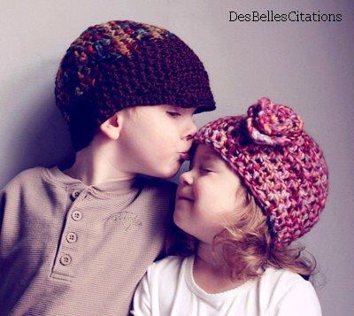 """Un jour, un petit garcon dit a une petite fille : """" Je t'aime """". La petite fille lui demande alors : """"Comme les grands ?"""". Le garçon répond : """"Non, moi c'est pour  de vrai """"."""