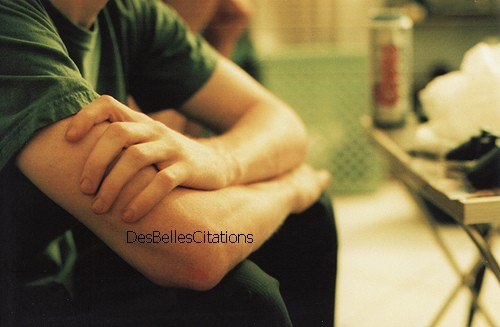 """""""C'est étrange de ressentir ce manque, cette envie qui devient un besoin, on aimerait ne plus y penser mais à chaque fois qu'on oublie il revient, en fait tu es comme une drogue, ma drogue et je suis accro..."""""""