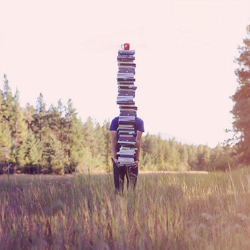 """""""Chaque livre, chaque volume que tu vois a une âme. L'âme de celui qui l'a écrit, et l'âme de ceux qui l'ont lu, ont vécu et rêvé avec lui."""" - Carlos Ruiz Zafon. -"""