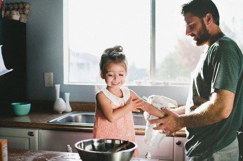 """""""Dans une famille, on est attachés les uns aux autres par des fils invisibles qui nous ligotent, même quand on les coupe."""" - Jean-Michel Guenassia. -"""