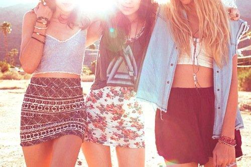 """"""" Je suis de celles qui n'ont rien a perdre, de celles qui trouvent le bonheur dans un verre entre copines, une balade sur la plage, une bonne chanson ou bien encore un baiser sous la pluie. """" - Inconnu. -"""